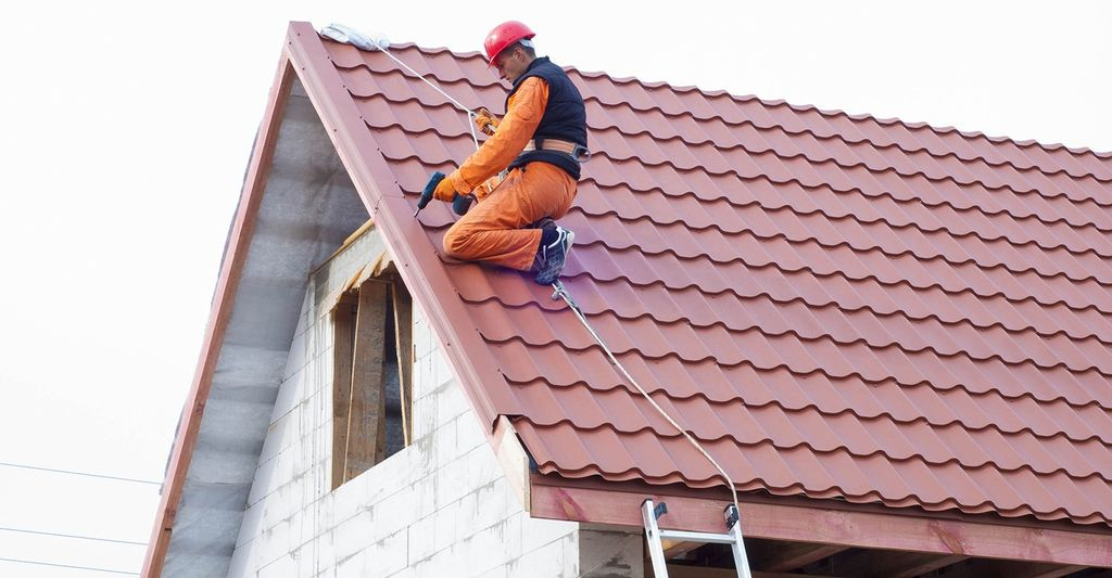 A roofing repair professional in Hoffman Estates, IL