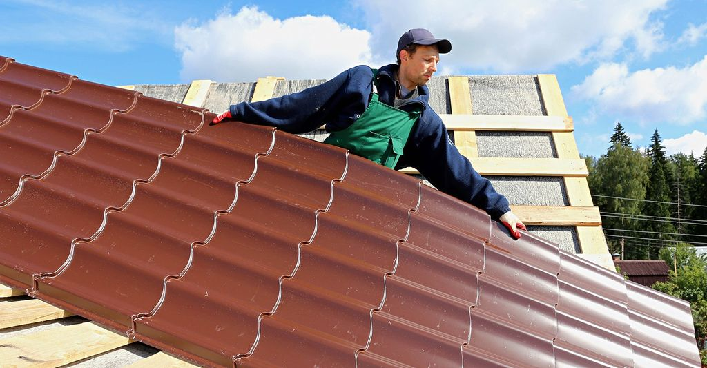 A roofing professional in Littlefield, MI