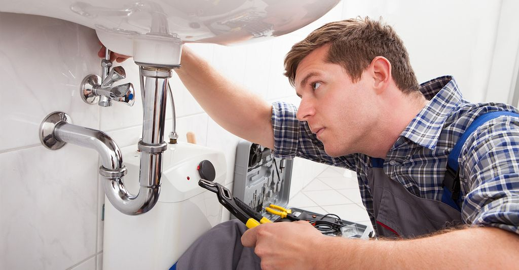A plumbing repair professional in Hollywood, FL
