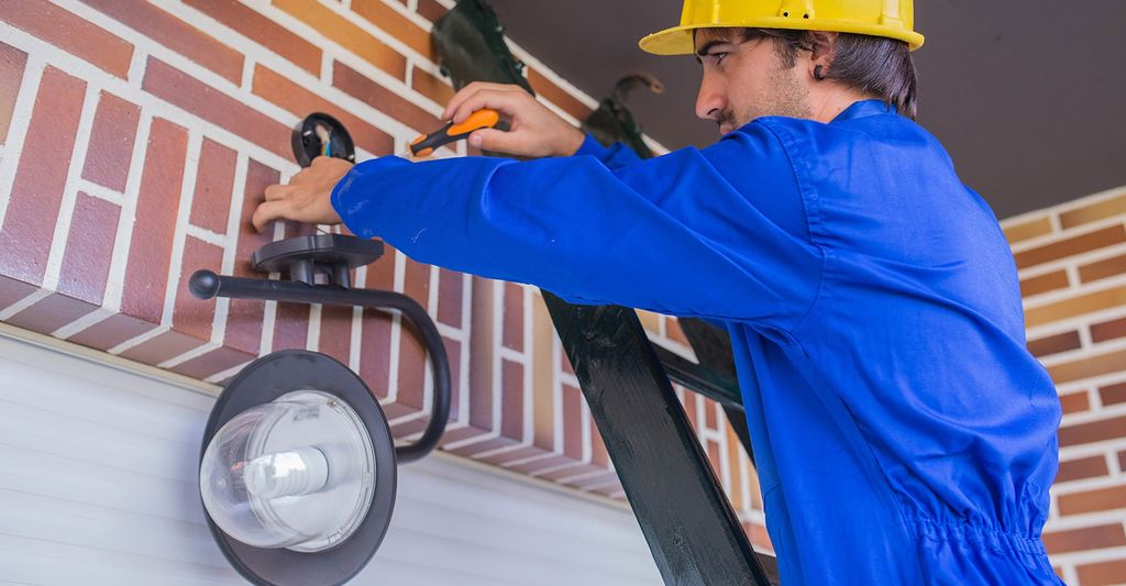 A recessed lighting installer in Broken Arrow, OK