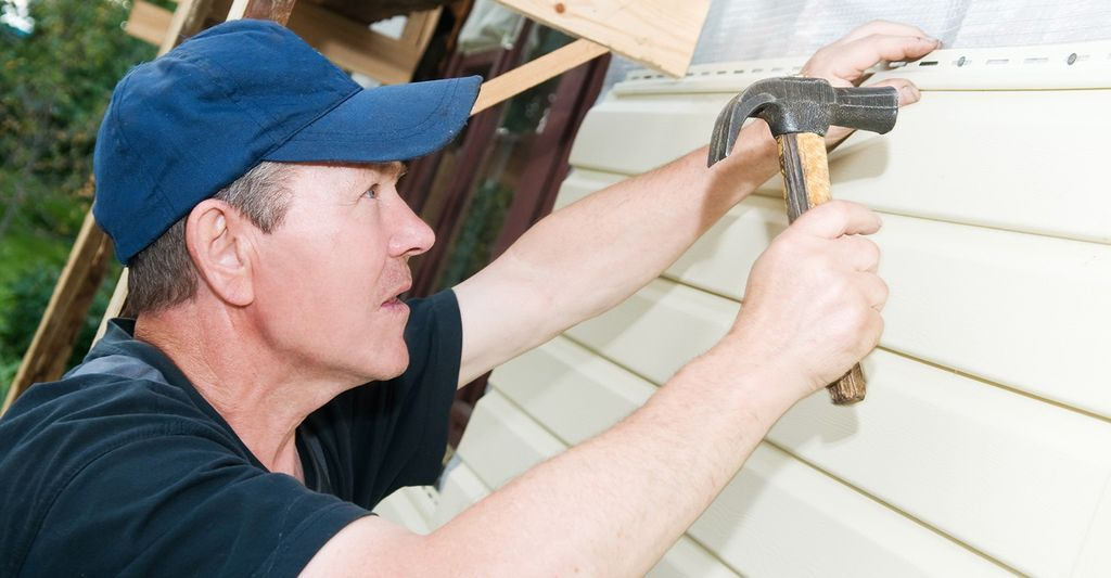 A vinyl siding repair professional in Kennesaw, GA